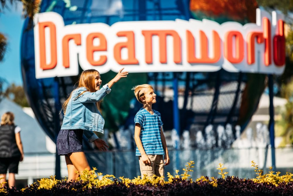 children-in-front-of-dreamworld-sign
